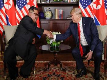 Persidangan pertama Trump dan Jong-un berlangsung di Singapura pada Jun tahun lalu. - Foto AFP