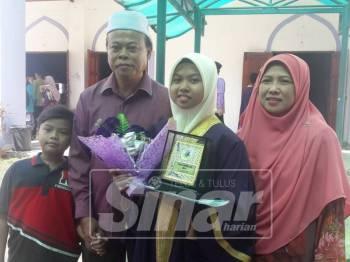 Najwa Qistina bersama keluarganya.