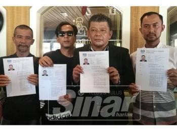 Zuljimmykifli (dua, kanan) bersama barisan AJK PKR Cabang Rembau, menunjukkan sokongan kepada Sapian sebagai calon PRK Rantau.