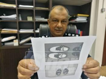 Zulkifli menunjukkan dadah yang disembunyikan di dalam kasut milik salah seorang suspek.