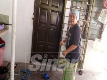 Fatimah berdepan detik cemas apabila disamun sekumpulan lelaki di rumahnya, di Lorong Lengkongan, Kampung Raja Uda, di sini, semalam.