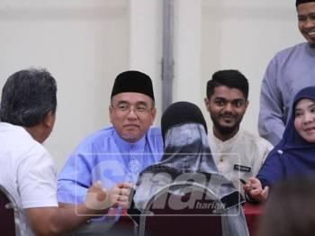 Adly (tengah) ketika sesi hari bertemu rakyat di Dewan Seri Bendahara, Ayer Keroh.
