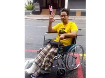 Nik Aziz berkongsi gambar ketika menyertai himpunan Bersih di laman sosialnya.