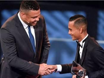 Mohd Faiz Subri ketika menerima anugerah Puskas.