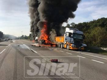 Keadaan dua lori yang terbakar di lorong kecemasan Kilometer 372, Lebuhraya Utara Selatan arah utara pagi tadi.