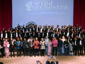 Isteri Perdana Menteri, Tun Dr Siti Hasmah Mohamad Ali dan Presiden Perbadanan Putrajaya, Datuk Dr Aminuddin Hassim bergambar bersama pelajar Sekolah Sultan Alam Shah, Putrajaya yang menjuarai pertandingan Putrajaya Wind Orchestra di Perbadanan Putrajaya hari ini. - Foto Bernama