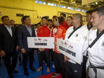 Presiden Persatuan Taekwondo Malaysia (WTF) Azizul Annuar Adenan (dua, kiri) beramah mesra bersama para peserta pada Majlis Perasmian Kejohanan Taekwando Nasional 2019 di Wisma Majlis Olimpik Malaysia hari ini. - Foto Bernama