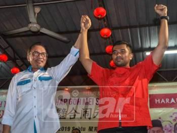 Presiden PKR, Datuk Seri Anwar Ibrahim bersama Calon PH, Muhammad Aiman Zanali di Majlis Chap Goh Meh di Kampung Baru Semenyih malam ini. - Foto: SHARIFUDIN ABDUL RAHIM