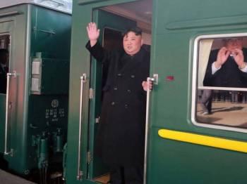 Jong-un melambaikan tangannya ketika kereta api dinaikinya berlepas dari Pyongyang.
