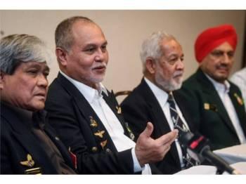 Abdullah Mohamed (kiri) ketika sidang media veteran Angkatan Tentera Malaysia (ATM) di Menara MPAJ hari ini. - Foto Bernama