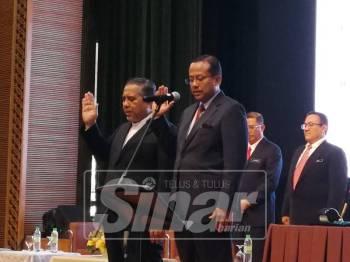 Ahmad Samsuri (kanan) mengetuai bacaan ikrar bebas rasuah melibatkan 24 wakil rakyat Terengganu.