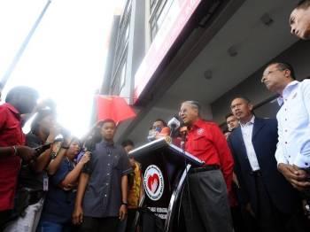 Perdana Menteri Tun Dr Mahathir Mohamad pada sidang media selepas pelancaran Program Kampungku Sihat peringkat kebangsaan di Pusat Khidmat Ahli Parlimen Langkawi, dekat Kuah di sini hari ini.- Foto Bernama