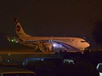 Kesemua penumpang pesawat Biman Bangladesh Airlines berjaya dibawa turun dengan selamat. -  Foto BBC