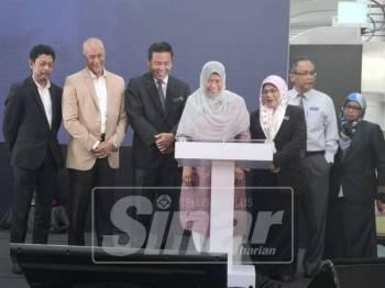 Mahani (tiga, kanan)mengiringi Zuraida (empat,kanan) ketika melancarkan kad pintar MPHTJ di Melaka Mall, Ayer Keroh di sini.