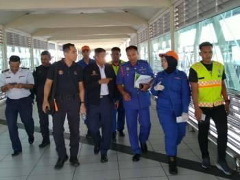 Azam (tiga, kanan) berbincang mengenai sesi pengesahan status mangsa yang balik ke Kuala Perlis.