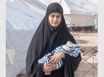 Shamima Begum bersama anak lelakinya di kem al-Hawi yang menempatkan isteri anggota Daesh yang ditangkap.