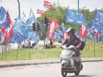 Bendera parti bertanding mewarnai kawasan semenyih. Foto: SHARIFUDIN ABDUL RAHIM