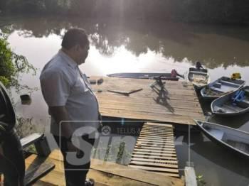 Rosleli melihat platform jeti Kampung Tembioh yang dibaik pulih.