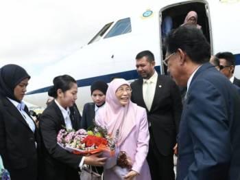 Timbalan Perdana Menteri Datuk Seri Dr Wan Azizah Wan Ismail menerima jambangan bunga sebaik tiba di Lapangan Terbang Antarabangsa Bandar Seri Begawan Brunei untuk lawatan rasmi selama dua hari hari ini. - Foto Bernama