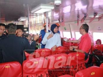Zulinda turut memeriksa feri gantian yang membawa penumpang ke Kuala Perlis semalam.