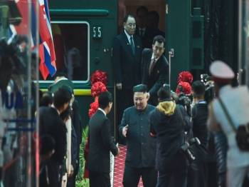 Jong-un yang berlepas dari Pyongyang Sabtu lalu, tiba di stesen Kereta Api Dong Dang hari ini. - Foto AFP