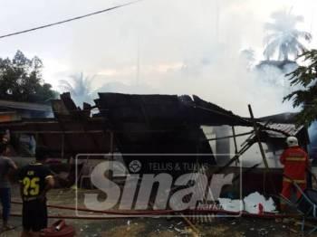 Rumah kayu dua pintu musnah dalam kebakaran di Sungai Tong petang ini.