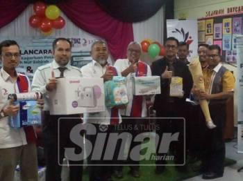 Mohd Rosli (empat, kiri) menunjukkan antara alatan keperluan yang diperlukan pesakit