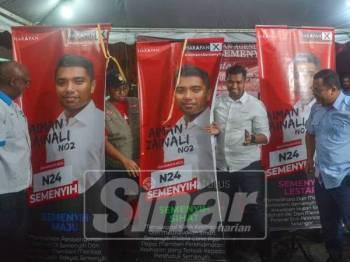 Calon PH, Muhammad Aiman Zanali bersama Menteri Besar Selangor, Amirudin Shari melancarkan Agenda Aiman4Semenyih di Pangsapuri Bandar Rincing, di sini, malam ini. - Foto Sinar Harian/SHARIFUDIN ABDUL RAHIM