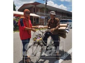 Ahli Macma Muar memberi bungkusan makanan kepada asnaf sempena projek Rezeki Asnaf setiap Jumaat.