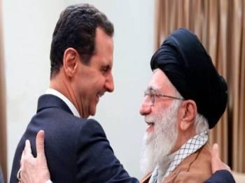 Gambar pertemuan pemimpin Tertinggi Iran Ayatollah Ali Khamenei (kanan) dengan Presiden Syria Bashar al-Assad di Tehran pada 25 Februari.