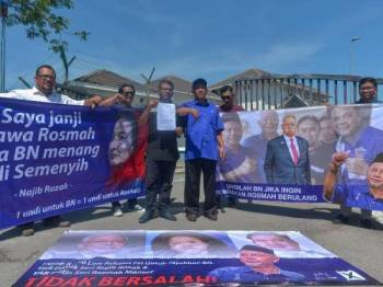 Zakaria membuat laporan polis mengenai Provokasi dan Fitnah Kain Rentang digantung di sekitar Semenyih hari ini. - Foto: SHARIFUDIN ABDUL RAHIM