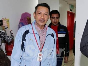 Sa'adon kelihatan tenang semasa keluar dari kamar Mahkamah Sesyen Kuala Terengganu hari ini.