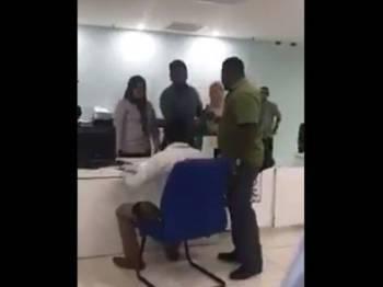 Rakaman video berdurasi 43 saat yang memperlihatkan seorang lelaki mengamuk tular di laman sosial.