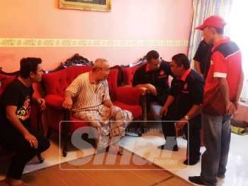 Pengerusi Pertubuhan Sukarelawan dan Kebajikan Sosial Briged Aman Malaysia, Azhari Yusof (duduk) berbual dengan Mansor Mahmud yang terlantar akibat serangan angin ahmar dan kemalangan sejak setahun lalu.