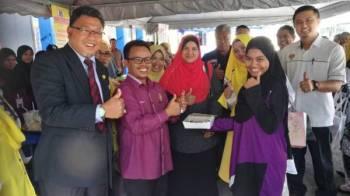 Suhaida (kanan) dan Mohd Shahidi (dua kiri) menyempurnakan upacara menandatangani memorandum kerjasama Kolej Komuniti Bagan Serai dan Perdasama Perak sambil disaksikan Mohd Sabli (tengah).
