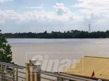 Air sungai Kelantan di Tambatan Diraja, Kota Bharu.