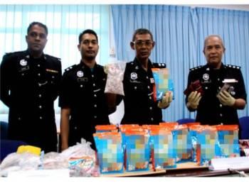 Mohad Idris (dua, kiri) menunjukkan bungkusan dadah pelbagai jenis susulan penahanan dua lelaki tempatan di sebuah rumah di Jalan Sialang yang dipercayai terlbabit dengan kes pengedaran dadah selepas sidang media di Ibu pejabat Polis Daerah (IPD) Tangkak, hari ini. - Foto Bernama