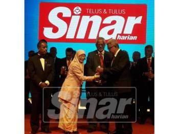 Wan Azizah menyampaikan penghargaan kepada wakil Sinar Harian, Hashim Anang sebentar tadi.