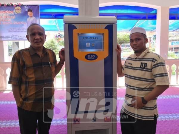 Abdul Karim menunjukkan mesin ATM beras di Masjid Al Akram.