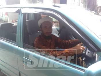 Muhammad Taufiq mencuba kereta jenis Kancil yang dihadiahkan oleh seorang hamba ALLAH yang enggan dikenali.