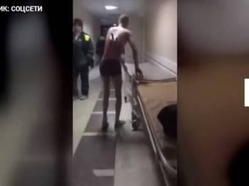 Rakaman seorang lelaki dengan pisau terpacak di belakang badannya tular di media sosial.