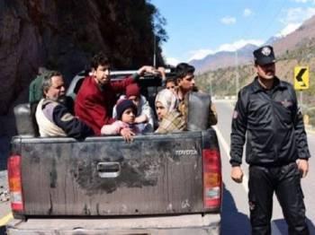 Sebuah keluarga meninggalkan pekan Chakhoti yang terletak kira-kira tiga kilometer dari Garisan Kawalan (LoC), yang menjadi pertikaian sempadan antara India dan Pakistan.