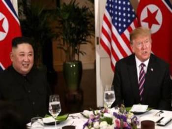 Jong-un dan Trump menghadiri acara makan malam bersama, semalam.- Foto Reuters