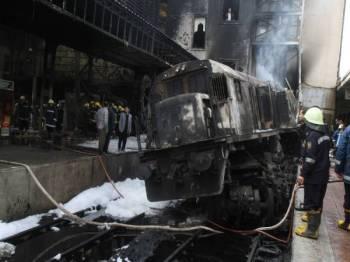 Anggota bomba berada di lokasi kejadian nahas kereta api di Stesen Ramses yang mengorbankan 20 orang dan mencederakan berpuluh yang lain. - Foto AFP