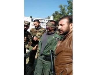 Juruterbang India, Komander Sayap Abhi Nandan ditahan tentera Pakistan selepas jetnya ditembak jatuh.
