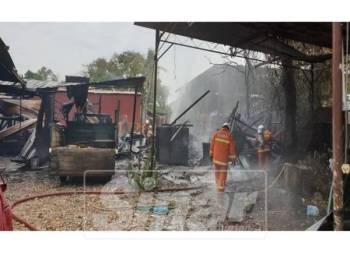 Kebakaran turut memusnahkan sebuah lori muatan satu tan.