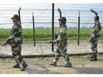 Pengawal keselamatan sempadan India berkawal di sepanjang pagar sempadan di pinggir Amritsar, semalam. - Foto: AFP