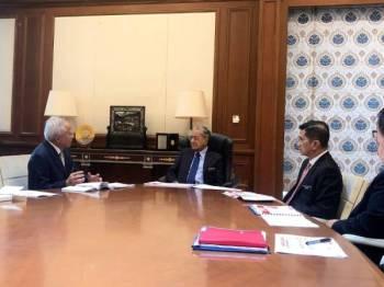 Dr Mahathir menghadiri pembentangan mengenai hala tuju dan keadaan kewangan  Felda di Pejabat Perdana Menteri, semalam.