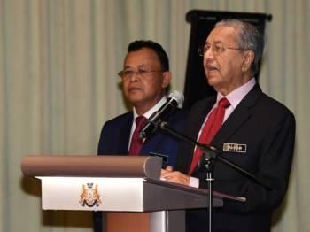 Perdana Menteri Tun Dr Mahathir Mohamad menyampaikan ucapan pada Sesi Pemukiman Kerajaan Negeri Johor Bersama Kepimpinan Kerajaan Persekutuan di Putrajaya hari ini. Foto: Bernama