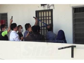 Penguatkuasa menjalankan tindakan menyita rumah di PPR Taman Manggis semalam.